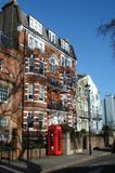 Vertikal bild av en tyst gata i London av Förenade kungariket royaltyfri bild