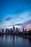 Vertikal bild av Frankfurt horisont på solnedgången Arkivbilder