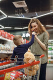 Vertikal bild av modern och sonen med candys Fotografering för Bildbyråer