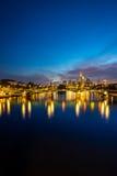 Vertikal bild av upplyst Frankfurt horisont på natten Royaltyfri Bild