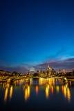 Vertikal bild av upplyst Frankfurt horisont på natten Arkivfoto
