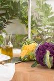 Vertikal bild med den purpurfärgade och guld- gula blomkålen Fotografering för Bildbyråer