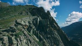 Vertikal klippa på passerandet Kuyguk Arkivfoton