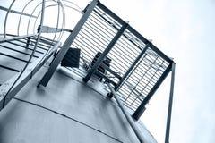 Vertikal metallstege på behållaretaket Arkivfoto