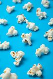 Vertikal modell av popcorn på en blå bakgrund vektor illustrationer