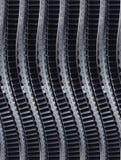 Vertikal overklig linjär bakgrund för fabriks- teknologi för turbinblad industriell Krökta turbinvingar Vinkad sömlös metall royaltyfri bild