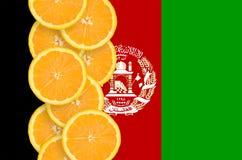 Vertikal rad för Afghanistan flagga- och citrusfruktskivor arkivbild