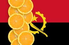 Vertikal rad för Angola flagga- och citrusfruktskivor royaltyfri fotografi