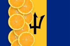 Vertikal rad för Barbados flagga- och citrusfruktskivor royaltyfri fotografi