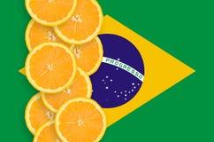Vertikal rad för Brasilien flagga- och citrusfruktskivor arkivfoton