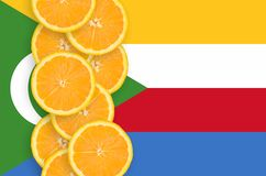 Vertikal rad för Comoros flagga- och citrusfruktskivor royaltyfri bild