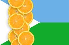 Vertikal rad för Djibouti flagga- och citrusfruktskivor arkivbild