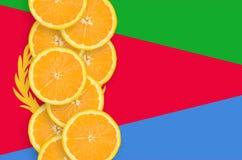 Vertikal rad för Eritrea flagga- och citrusfruktskivor fotografering för bildbyråer