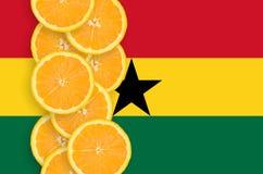 Vertikal rad för Ghana flagga- och citrusfruktskivor arkivbild