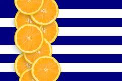 Vertikal rad för Grekland flagga- och citrusfruktskivor arkivfoto