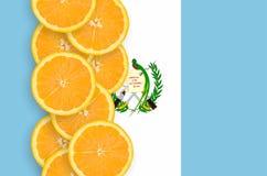 Vertikal rad för Guatemala flagga- och citrusfruktskivor arkivfoton