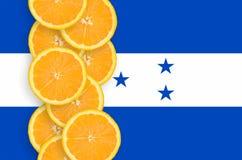 Vertikal rad för Honduras flagga- och citrusfruktskivor arkivbilder