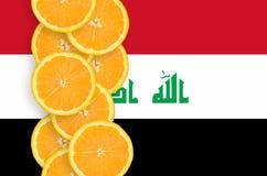 Vertikal rad för Irak flagga- och citrusfruktskivor royaltyfria foton