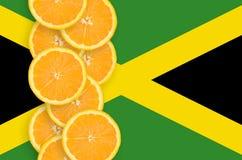Vertikal rad för Jamaica flagga- och citrusfruktskivor arkivfoto