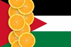 Vertikal rad för Jordanienflagga- och citrusfruktskivor royaltyfria foton