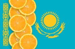 Vertikal rad för Kasakhstan flagga- och citrusfruktskivor arkivfoto