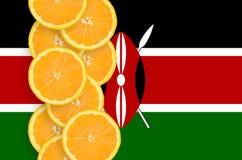 Vertikal rad för Kenya flagga- och citrusfruktskivor royaltyfria bilder