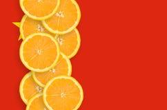 Vertikal rad för Kina flagga- och citrusfruktskivor fotografering för bildbyråer