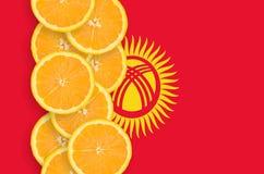Vertikal rad för Kirgizistanflagga- och citrusfruktskivor royaltyfri fotografi