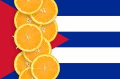 Vertikal rad för Kubaflagga- och citrusfruktskivor arkivfoton