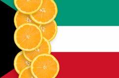 Vertikal rad för Kuwait flagga- och citrusfruktskivor fotografering för bildbyråer