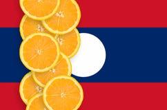Vertikal rad för Laos flagga- och citrusfruktskivor royaltyfria foton