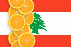Vertikal rad för Libanon flagga- och citrusfruktskivor arkivfoto