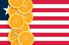 Vertikal rad för Liberia flagga- och citrusfruktskivor fotografering för bildbyråer