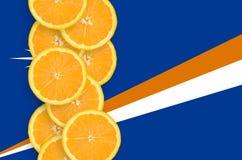 Vertikal rad för Marshall Islands flagga- och citrusfruktskivor arkivfoton