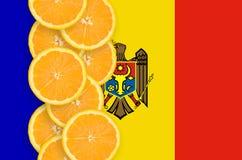 Vertikal rad för Moldavien flagga- och citrusfruktskivor fotografering för bildbyråer
