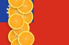 Vertikal rad för Myanmar flagga- och citrusfruktskivor royaltyfria bilder
