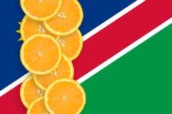 Vertikal rad för Namibia flagga- och citrusfruktskivor royaltyfria bilder