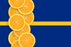 Vertikal rad för Nauru flagga- och citrusfruktskivor arkivfoton