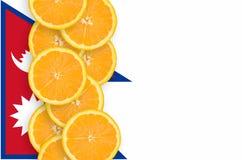 Vertikal rad för Nepal flagga- och citrusfruktskivor royaltyfria foton