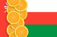 Vertikal rad för Oman flagga- och citrusfruktskivor royaltyfri bild