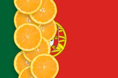 Vertikal rad för Portugal flagga- och citrusfruktskivor royaltyfri foto