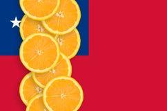 Vertikal rad för Samoa flagga- och citrusfruktskivor arkivbild