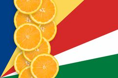 Vertikal rad för Seychellerna flagga- och citrusfruktskivor arkivbilder