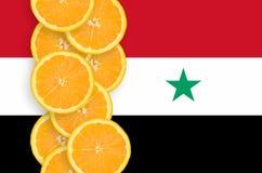 Vertikal rad för Syrien flagga- och citrusfruktskivor royaltyfria foton