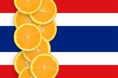 Vertikal rad för Thailand flagga- och citrusfruktskivor arkivbild
