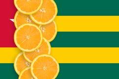Vertikal rad för Togo flagga- och citrusfruktskivor royaltyfri foto
