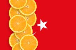 Vertikal rad för Turkiet flagga- och citrusfruktskivor royaltyfri fotografi