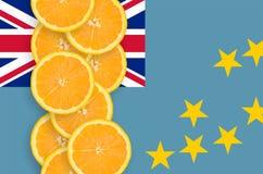 Vertikal rad för Tuvalu flagga- och citrusfruktskivor royaltyfria bilder