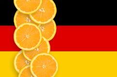 Vertikal rad för Tysklandflagga- och citrusfruktskivor royaltyfria foton