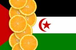 Vertikal rad för Västsahara flagga- och citrusfruktskivor arkivbilder